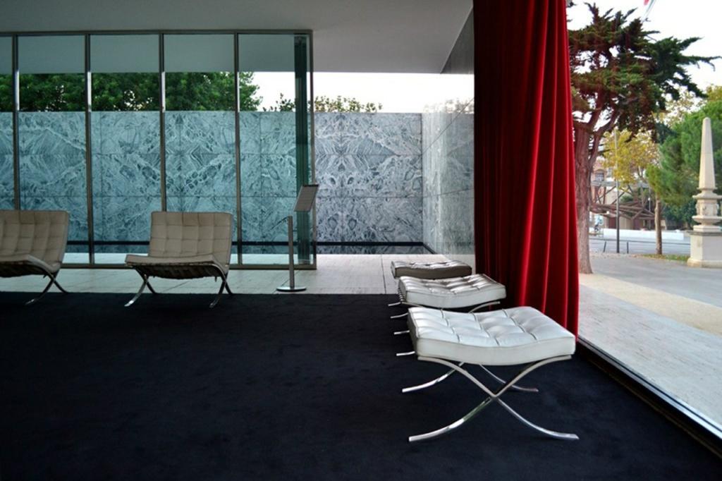 Внутри Павильона на чёрном ковре располагалась мебельная композиция из обтянутых белой кожей кресел и табуретов, кушетки и стола из прозрачного стекла. Автор мебели, включая светильники, - сам Мис ван дер Роэ.