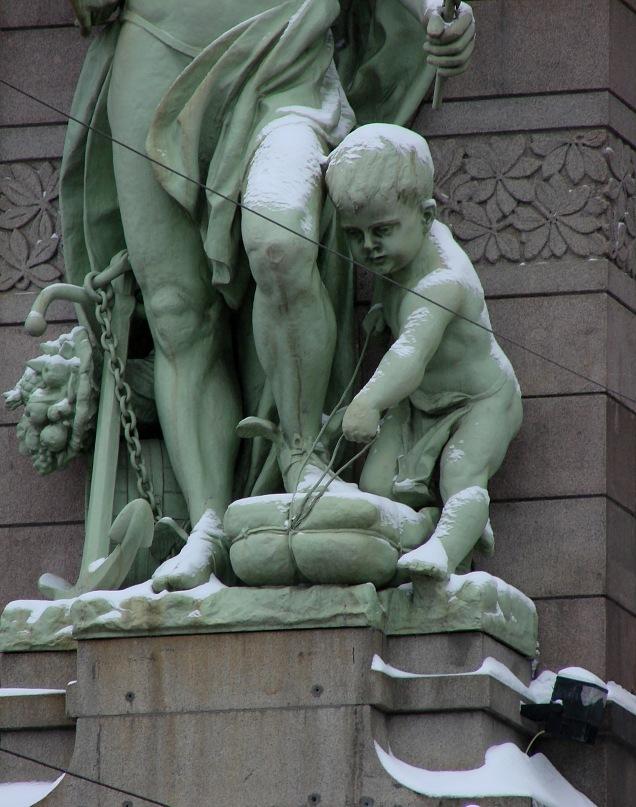 Путти у ног бога торговли Гермеса, по-моему, хулиганит: хочет вытащить из под ноги бога мешок, набитый товаром, и... Нет, я, наверное, его напрасно обвиняю...