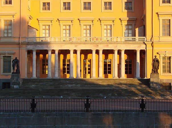 Михайловский замок. Арх.: В. И. Баженов, В. Бренна. 1797 - 1800 Фасад вдоль Мойки, открытый в сторону Летнего сада
