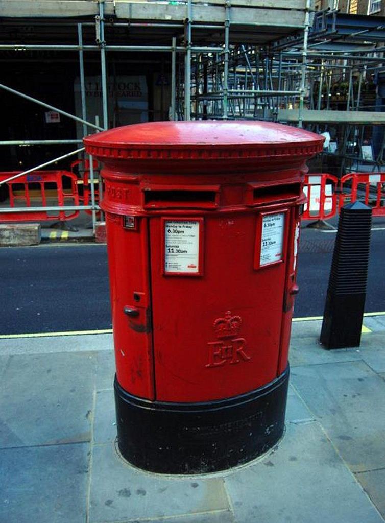 Лондон. Красные почтовые ящики
