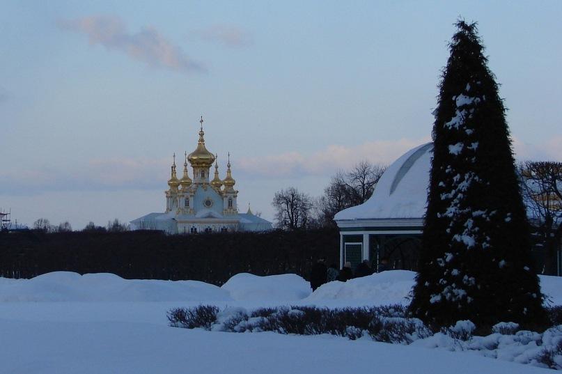 Верхний сад Большого Петергофского дворца.  На дальнем плане - Церковный павильон...