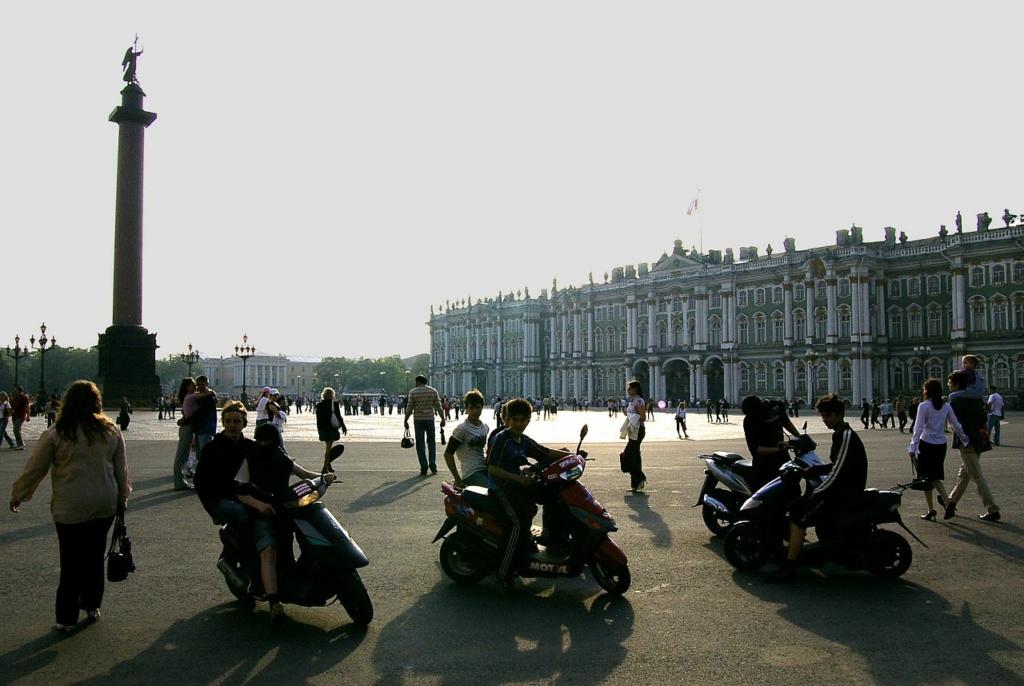 Молодежные сборища на Дворцовой площади