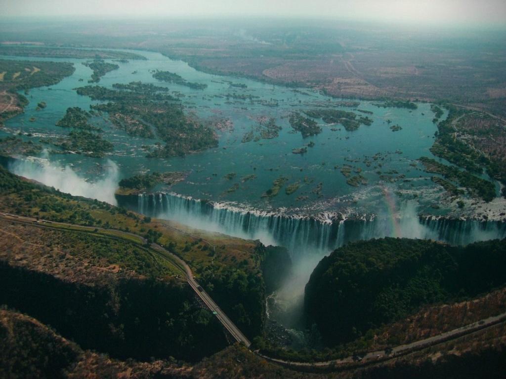 Виктóрия (англ. Victoria) — водопад на реке Замбези в Южной Африке. Расположен на границе Замбии и Зимбабве. Ширина водопада — примерно 1800 метров, высота — 108 метров.