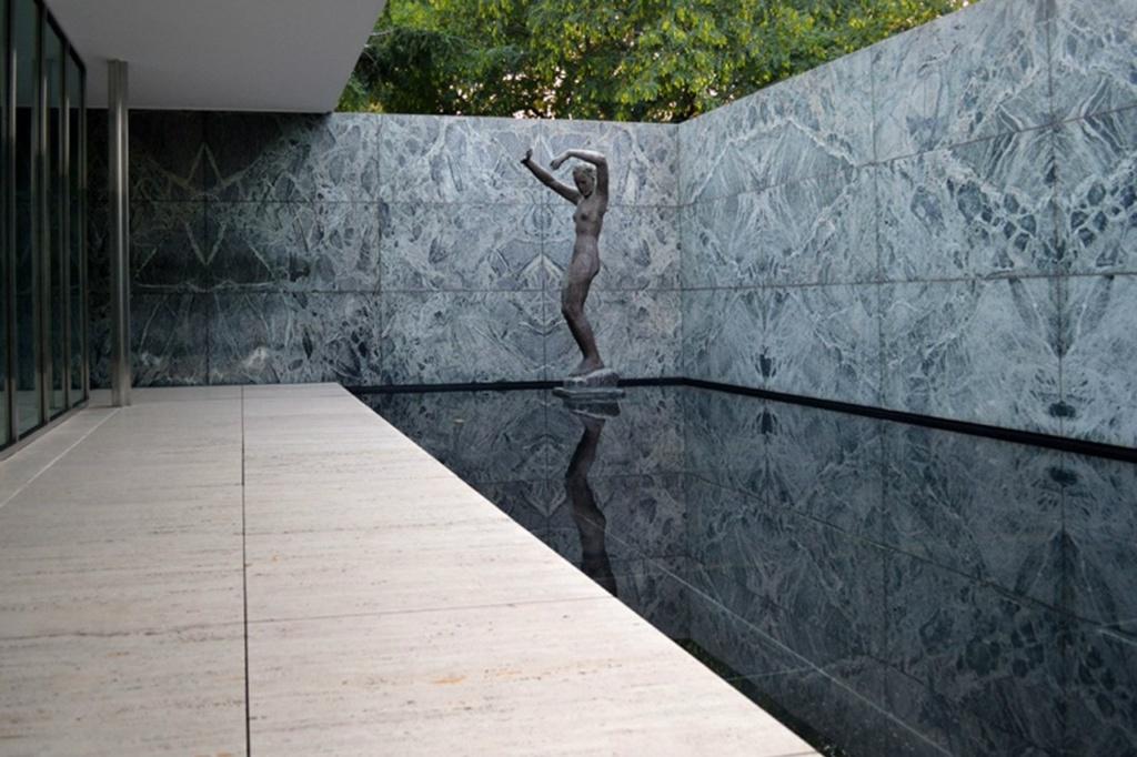 Многократные отражения создают впечатление размноженности скульптуры в пространстве. А изгибы статуи удачно контрастируют с геометрической чистотой здания.
