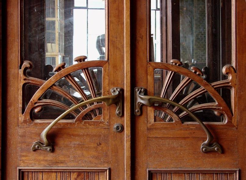 На дверную ручку привычно нажимаем - входим...