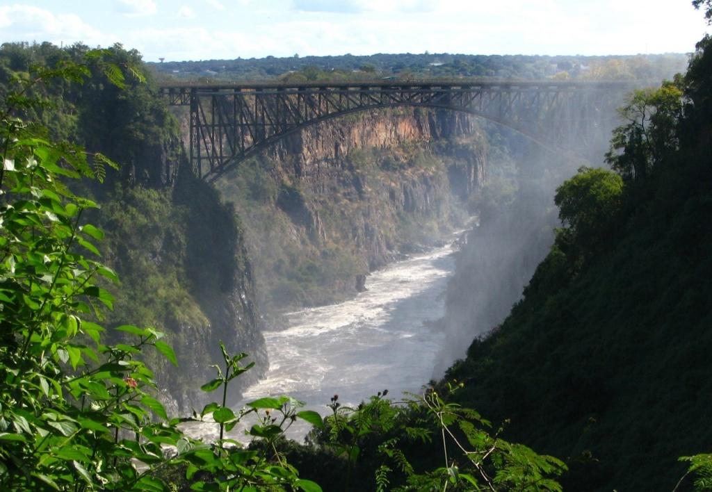 Железнодорожный мост через реку Замбези в Зимбабве.