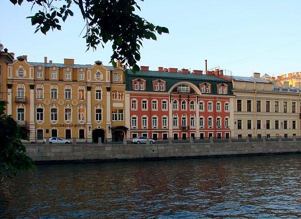 """Дома на Левом берегу Фонтанки, сохраняющие черты  ранних петербургских жилых зданий - """"апартаментов на погребах"""""""