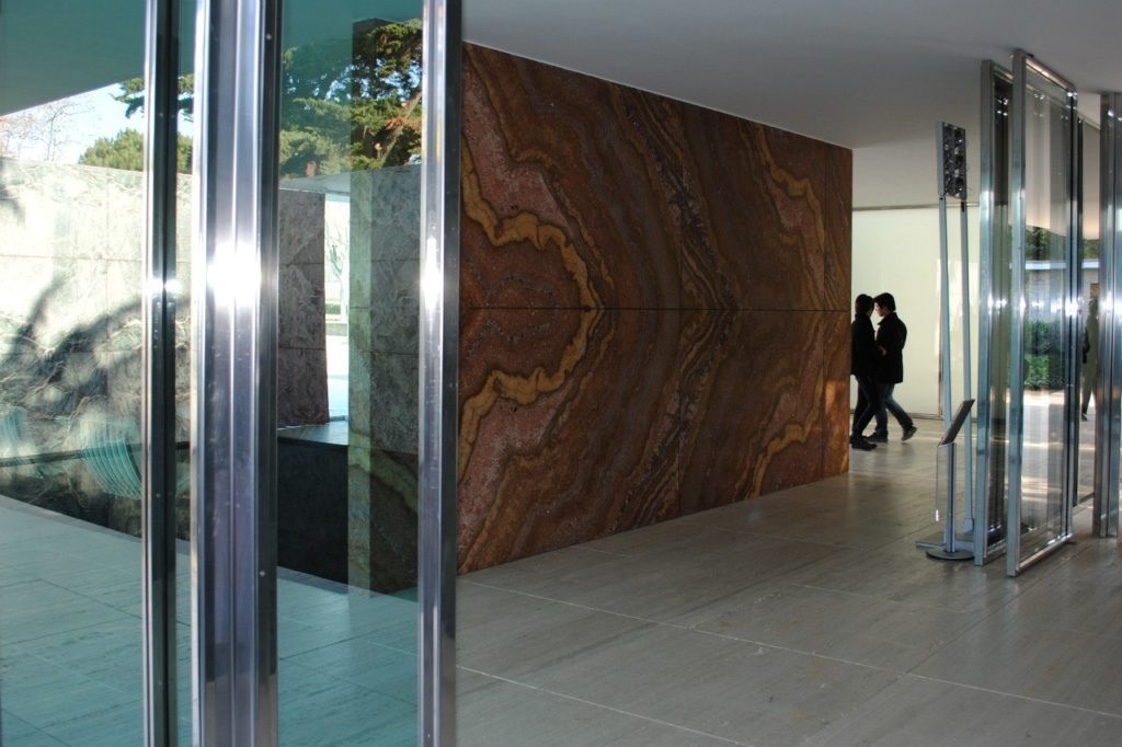 В этом ракурсе наиболее ясно представлен принцип организации пространства в Павильоне Мис ван дер Роэ. Оно свободно  в единстве своем, непрерывности и перетекании.