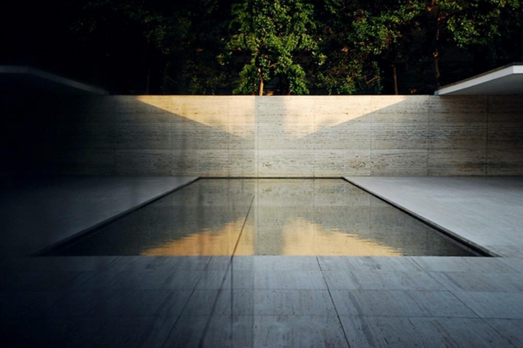 """Архитектор поставил павильон на цоколь из травертина  с двумя бассейнами, облицованными чёрным стеклом. Если добраться до """"сущности факта"""", возникнет """"истина"""", заключенная в шедевре Миса ван дер Роэ..."""