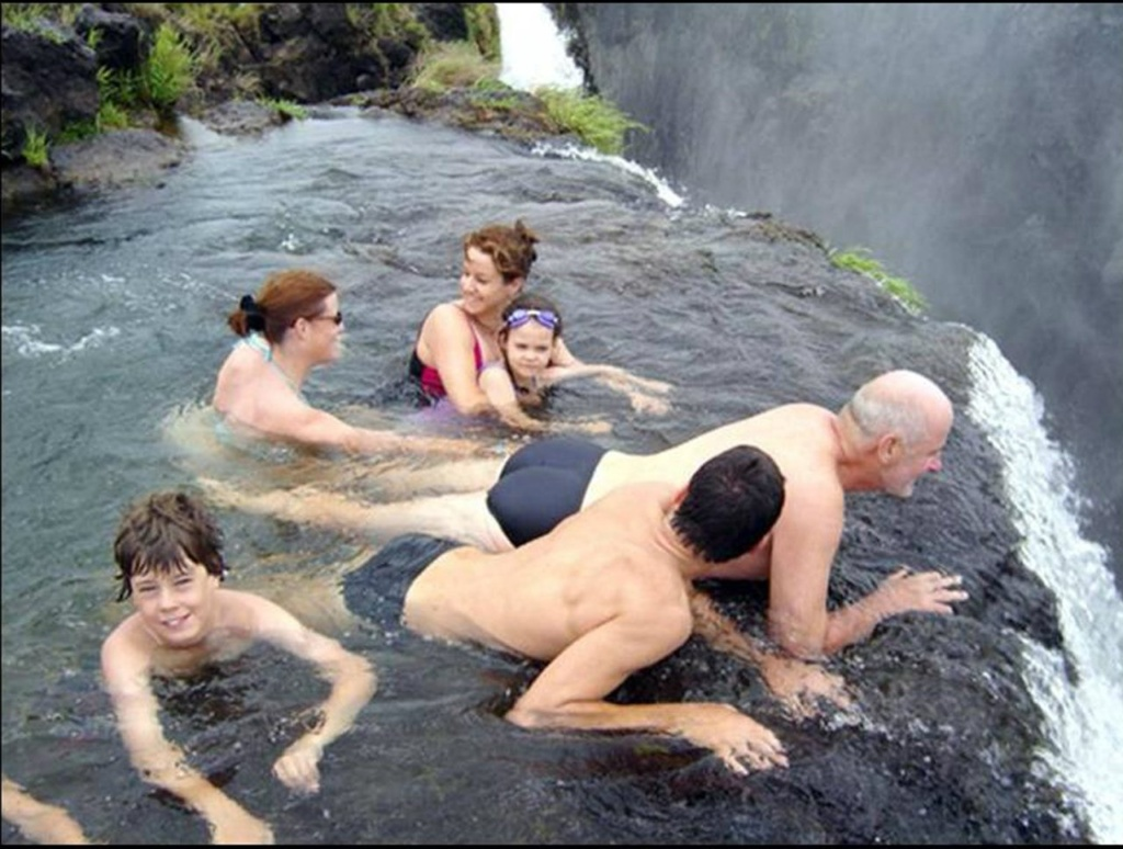"""Водопад Виктория в Зимбабве. """"Купель Дьявола"""" - естественный горный водоем на высоте в 120 метров, где вода относительно спокойна. С сентября по декабрь, когда уровень воды низок, в """"Купели"""" можно плавать."""