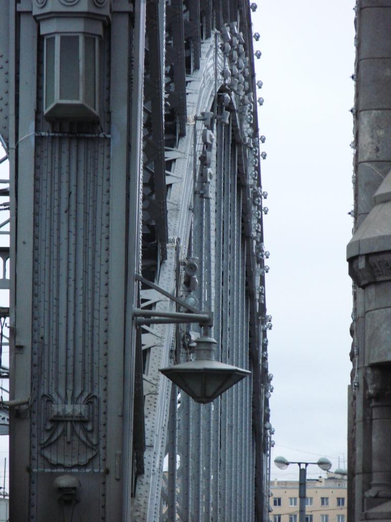 Я этим снимком бесконечно восхищена, потому что мне видится в этом ракурсе портал готического собора и становится очевидным то, о чём многие исследователи архитектуры говорят...