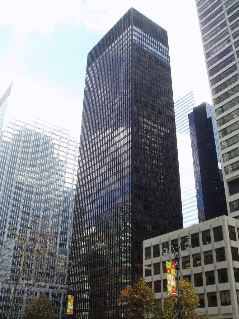 Мис ван дер Роэ (совместно с Филипом Джонсоном) Конторское здание Сигрем-билдинг в Нью-Йорке. 1958 г., .