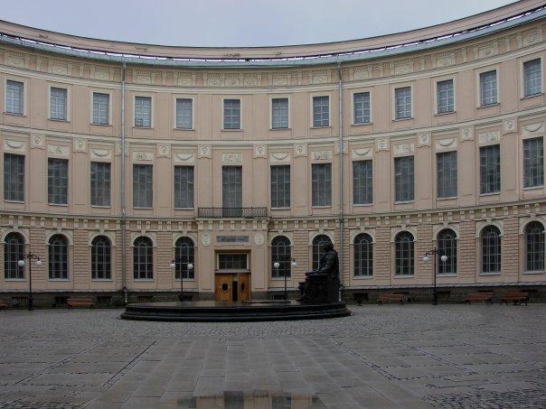 Палладианский дворик в центре планировочного квадрата здания Академии художеств. На круглом подиуме - памятник графу И. И. Шувалову.