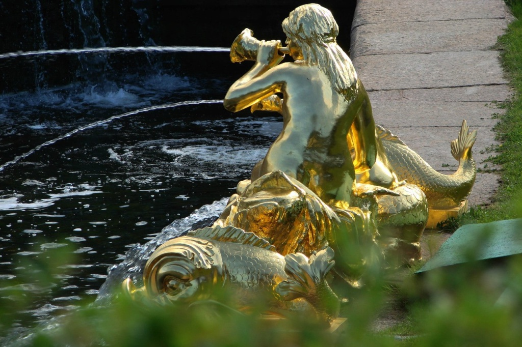 """Фонтанная группа """"Сирены"""". Модель Ф. Щедрина. 1805 год. Сирены - полуженщины-полуптицы, чарующие своим голосом. В символике Главного каскада они воспевают победу Самсона."""
