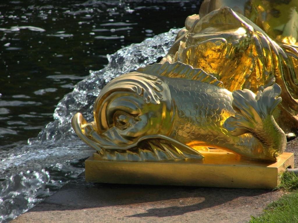 """Фонтанная группа """"Сирены"""". Модель Ф. Щедрина. 1805 год. Сирены - полуженщины-полуптицы, чарующие своим голосом. Вододействующие дельфины рядом с ними - символ спокойного моря."""