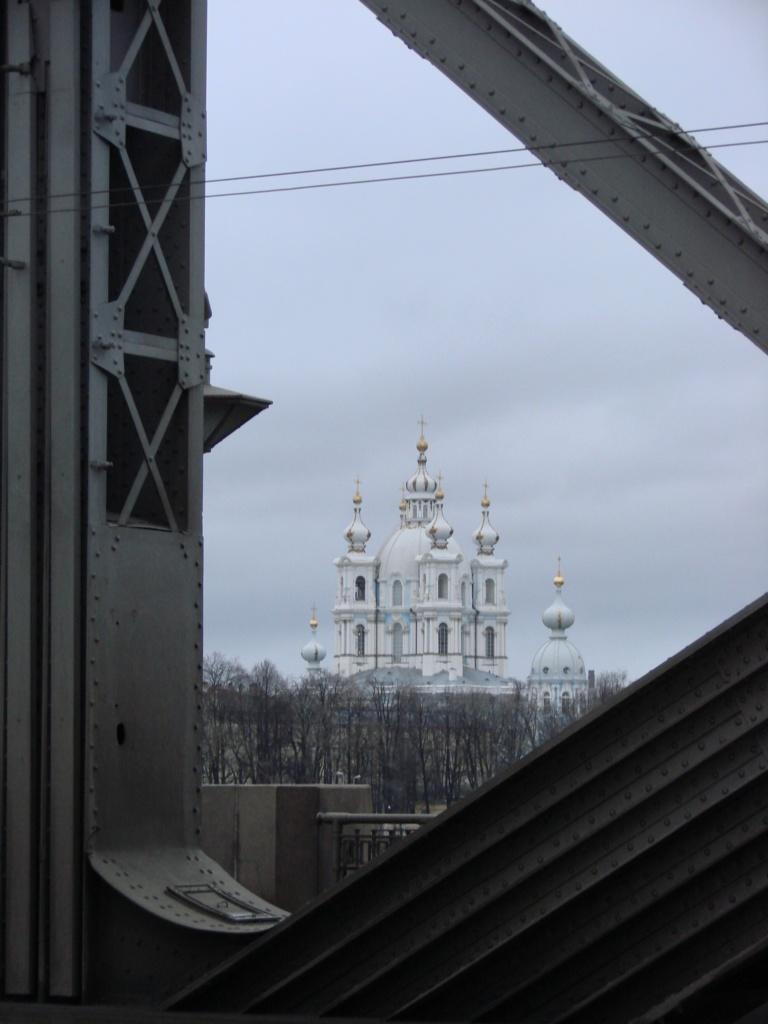 Там - вдалеке - прекраснейший пример Барокко, для которого металлические рамы моста служат рамой...