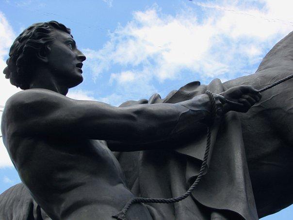 """Аничков мост через реку Фонтанку. Скульптурная группа """"Покорение коня человеком"""". Автор: барон П. К. Клодт. 1842"""
