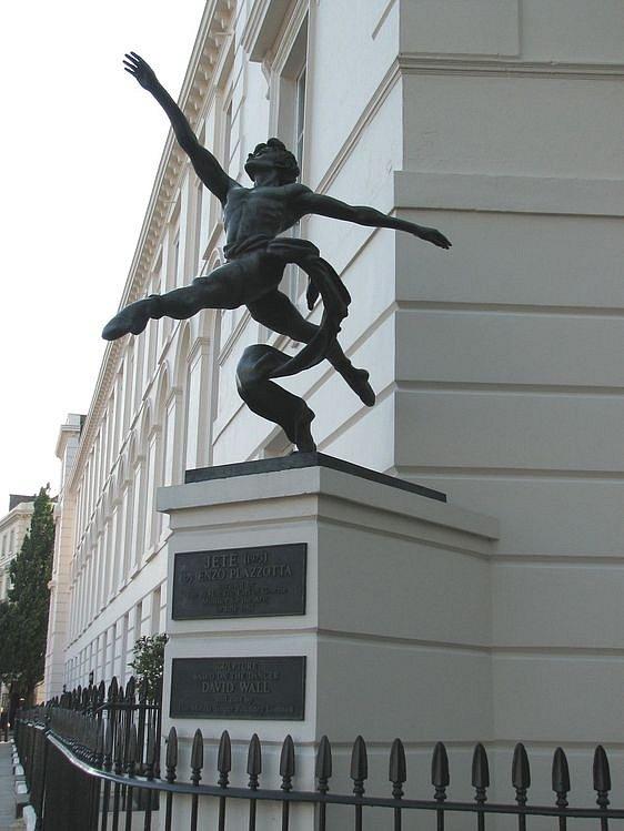 Лондон. Скульптура перед балетной школой