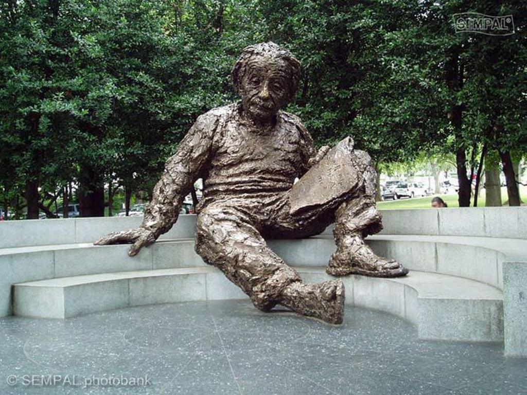 Памятник Энштейну, сидящему перед 8-метровой картой звездного неба в Вашингтоне около Национальной Академии Наук