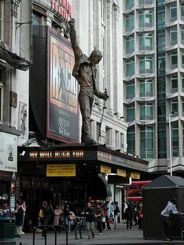 Фредди Меркьюри - вокалист группы Queen, созданной в Лондоне в 1971 году