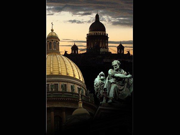Силуэты Исаакиевского собора с фигурой евангелиста Марка на переднем плане